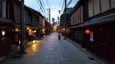 Altstadt Kyouto. Restaurants erkennt man an der roten Laterne. Ist sie an ist auch das Lokal geöffnet.
